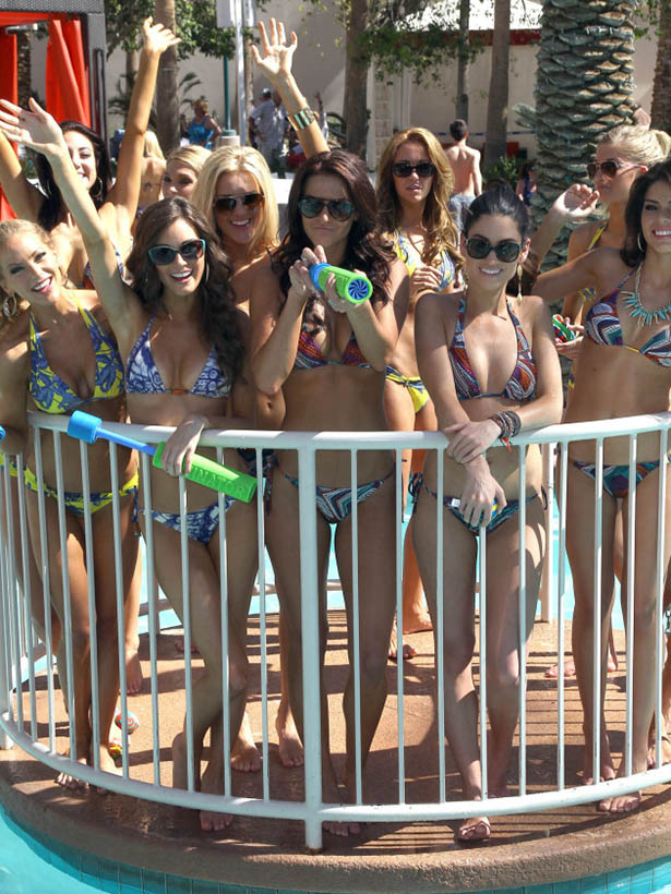 2013 Miss USA Contestants Hang Out In a Pool | Daily Girls @ Female Update