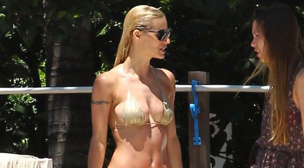Michelle Hunziker Is at the Beach | Daily Girls @ Female Update