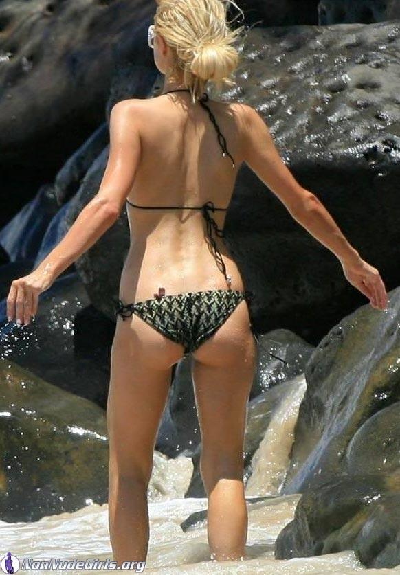 Candid Bikini Girls Showing Off | Daily Girls @ Female Update