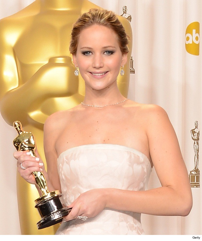 Jennifer Lawrence Kept Her Oscar in A Hallway | Daily Girls @ Female Update