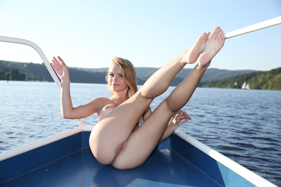 Malinda on board – nude photo gallery