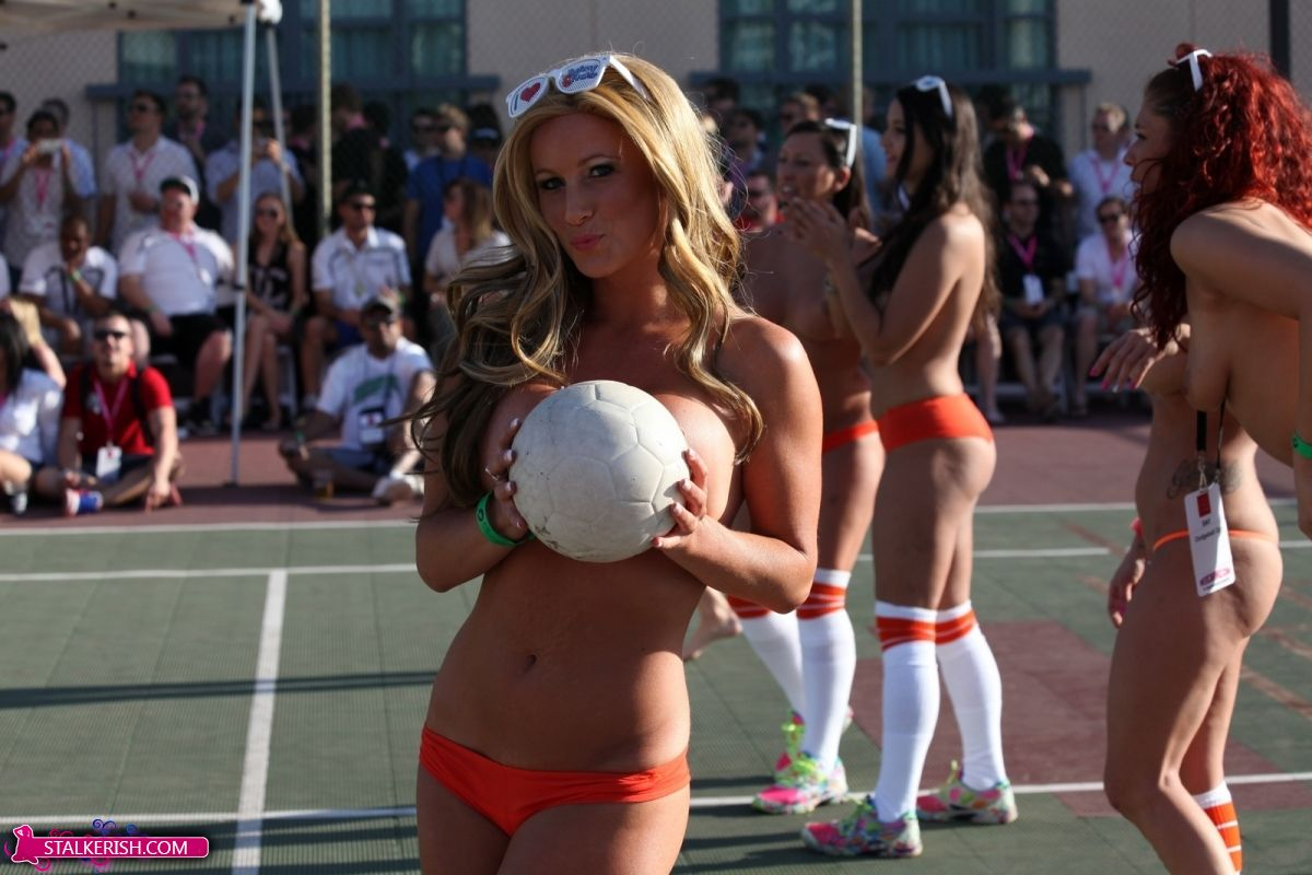 Naked Dodgeball is a Legit Sport – Stalkerish | Daily Girls @ Female Update