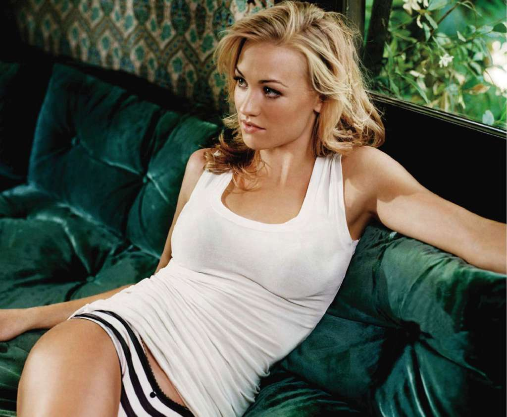 Near-Nude Yvonne Strahovski | Daily Girls @ Female Update