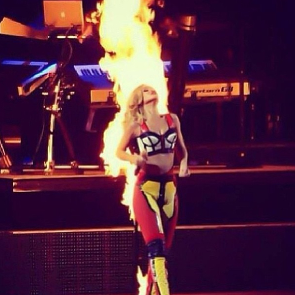 Rihanna Lights Up On Stage… Literally | Daily Girls @ Female Update
