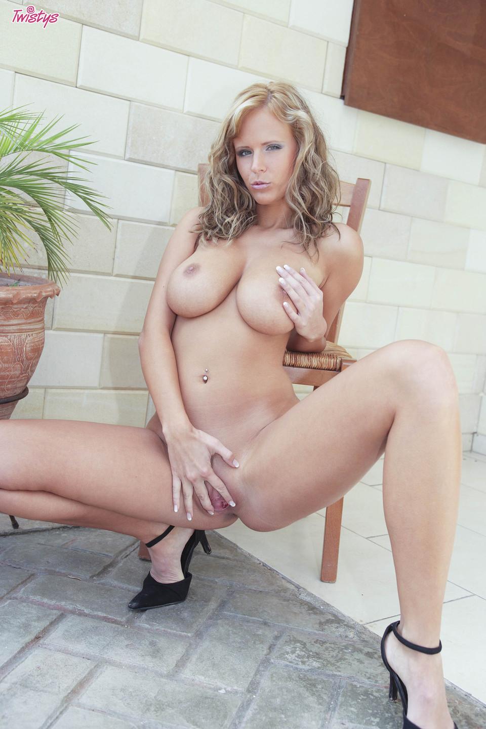 Zuzana Drabinova in the backyard – nude gallery | Daily Girls @ Female Update